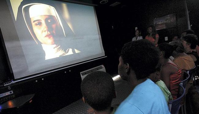 Alguns dos que foram assistir estão no elenco como figurantes - Foto: Marco Aurélio Martins   Ag. A TARDE