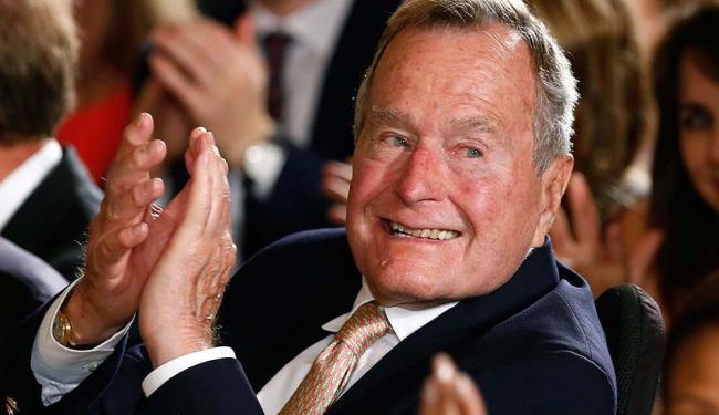 Bush foi levado de ambulância para o hospital após uma crise de falta de ar - Foto: Kevin Lamarque | Agência Reuters