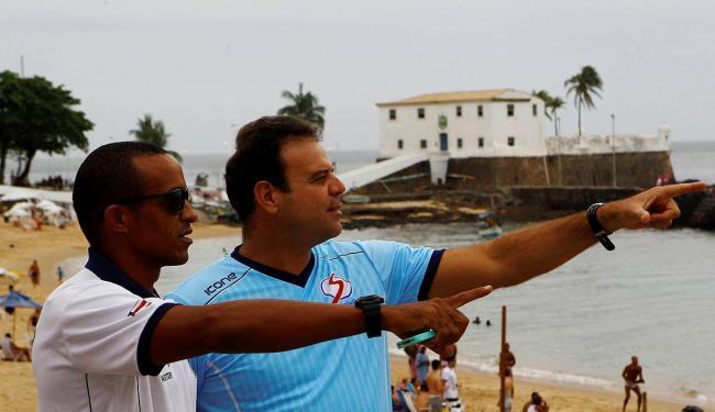Guias indicam o melhor trajeto que o nadador deve fazer - Foto: Eduardo Martins   Ag. A TARDE