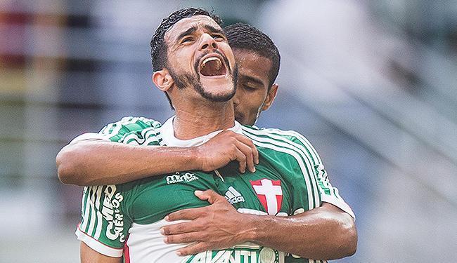 Henrique comemora o gol 'salvador', de pênalti, marcado no empate contra o Furacão - Foto: Eduardo Anizelli l Folhapres