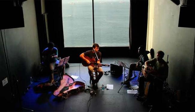 Ian Lasserre ensaia com músicos no Teatro Gamboa - Foto: Flora Rodriguez | Divulgação