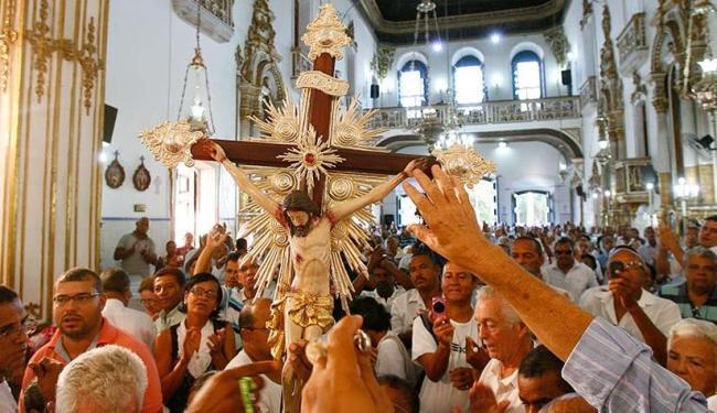 Devotos podem levar símbolos das graças alcançadas para serem benzidos durante as celebrações - Foto: Marco Aurélio Martins   Ag. A TARDE