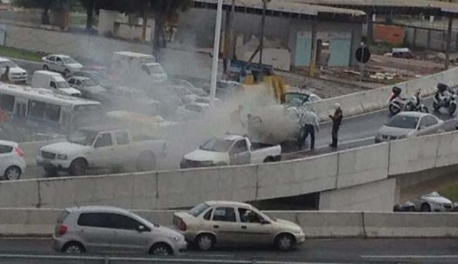 Por conta do incidente, o trânsito no local está congestionado - Foto: Hugo Castro/Cidadão Repórter