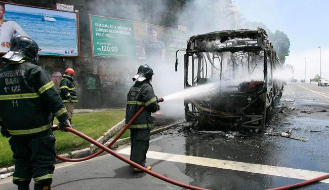 As chamas começaram próximo ao banco do motorista - Foto: Joá Souza | Ag. A TARDE
