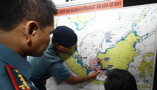 Soldados da Marinha trabalham em um mapa da Indonésia monitorando as buscas - Foto: Joko Sulistyo   Agência Reuters