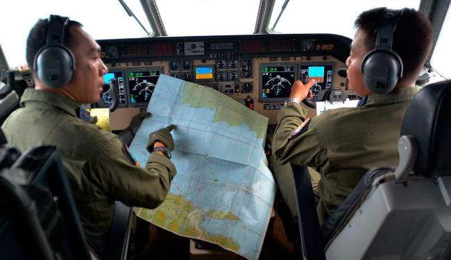 Piloto e copiloto do avião da marinha CN235 M - Foto: Eric Ireng | Antara Foto | Reuters