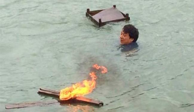 Jackie Chan se jogou no mar para tenta resgatar o câmera - Foto: Weibo | Reprodução