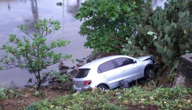 O condutor perdeu o controle do carro modelo Gol na madrugada desta quarta - Foto: Edilson Lima   Ag. A TARDE