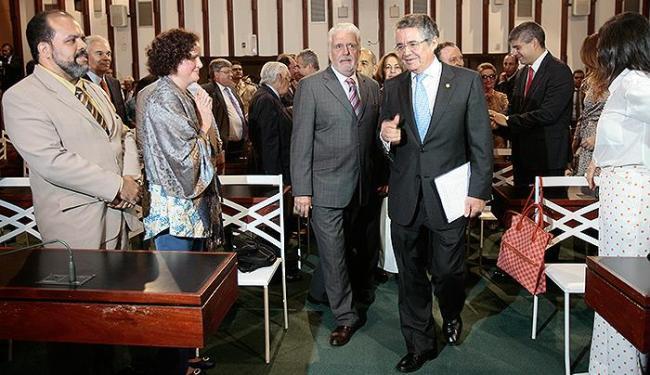 Jaques Wagner e o ministro Marco Aurélio Mello (d) participaram de cerimônia na AL - Foto: Mila Cordeiro | Ag. A TARDE