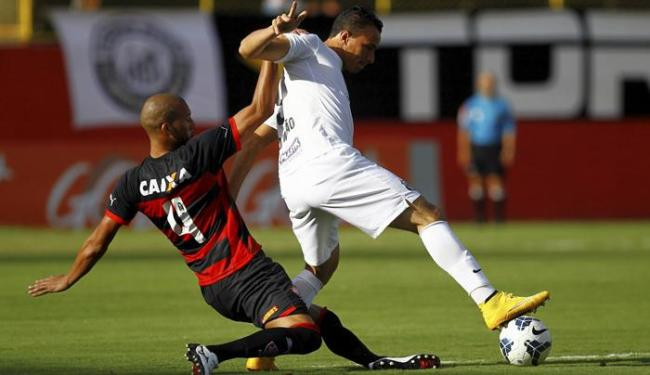 Kadu (E) faz a marcação em Leandro Damião - Foto: Eduardo Martins | Ag. A TARDE