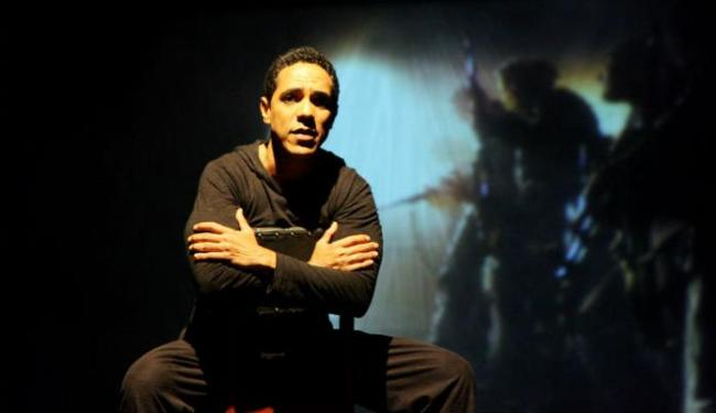 o ator baiano Lelo Filho no monólogo Fora da Ordem - Foto: Divulgação