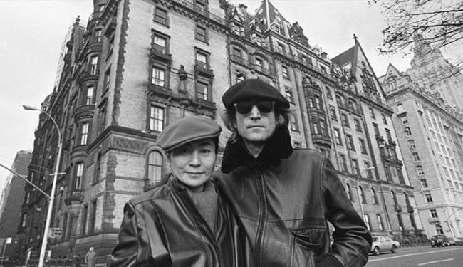 Lennon e Yoko Ono em frente ao prédio onde ele foi assassinado - Foto: Divulgação