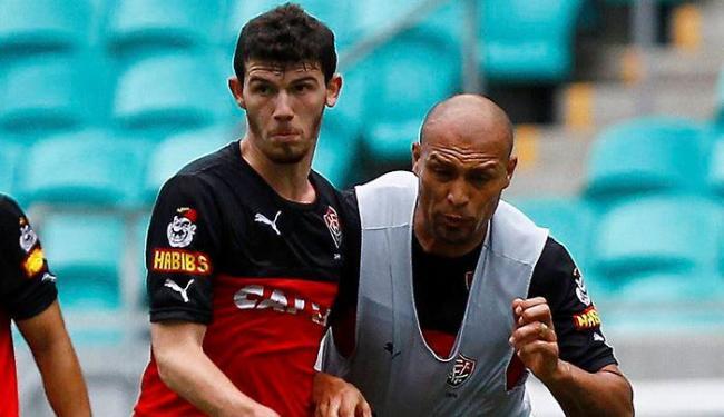 Vitória tentará manter Luiz Gustavo (E), que tem fim de contrato previsto para este mês - Foto: Eduardo Martins | Ag. A TARDE