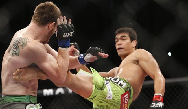 Machida, à direita, golpeia Dollaway com um chute de esquerda - Foto: André Penner | AP Phoro