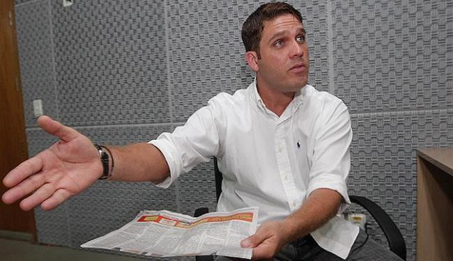 Com o A TARDE desta sexta-feitra em mãos, Marcelo Filho responde a críticas de Schmidt - Foto: Margarida Neide | Ag. A TARDE