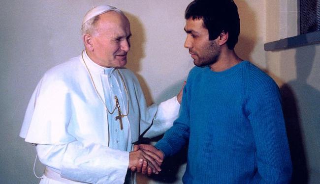 Mehmet Ali Agca visitou o túmulo do ex-papa neste sábado - Foto: AFP | 12 .01.2006