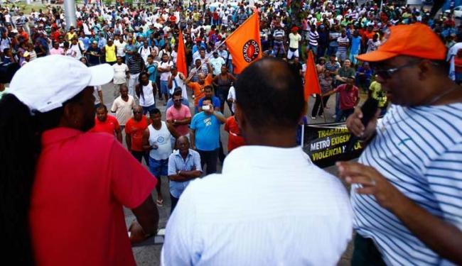 Cerca de 1 mil trabalhadores protestaram exigindo segurança - Foto: Foto: Edilson Lima | Ag. A TARDE