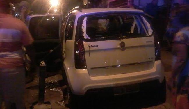 Um dos criminosos morreu após ser atingido dentro do veículo Fiat Idea neste domingo - Foto: Jaqueline Suzarte   Ag. A TARDE