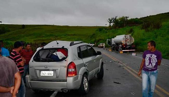 Veículo onde os policias estavam se chocou contra um caminhão - Foto: Teixeira News