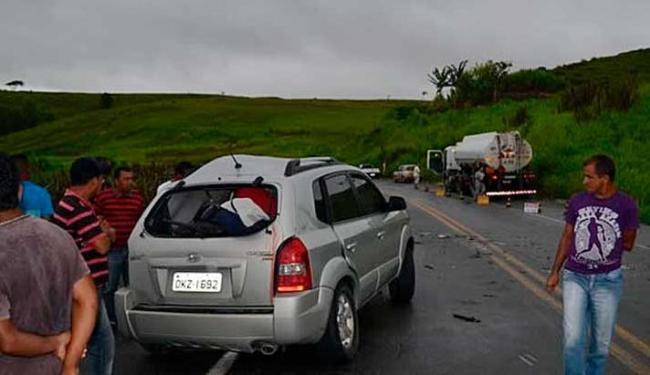 Veículo derrapou na pista e se chocou de frente contra um caminhão - Foto: Teixeira News