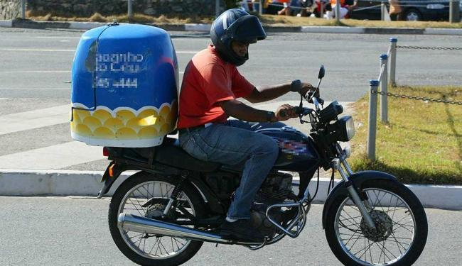 Função de motoboy está disponível com duas vagas - Foto: Manu Dias   Ag. A TARDE