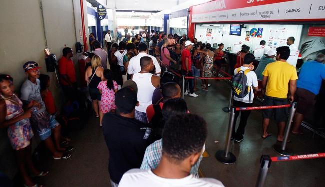 Guichês de passagens para extremo sul baiano estão lotados - Foto: Fernando Amorim   Ag. A TARDE