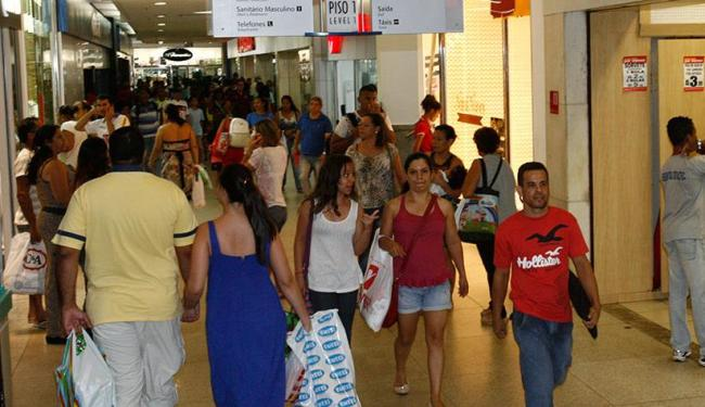 Na véspera de Natal, clientes lotaram as lojas dos centros de compras, para adquirir presentes - Foto: Luciano da Matta   Ag. A TARDE