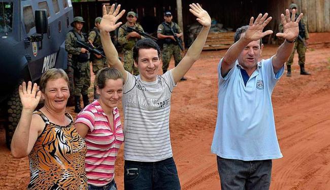 Arlan aparece ao lado da mãe Melania (esq.),da irmã Rosinei e do pai (azul) um dia após ser liberado - Foto: REUTERS   Fernando Romero