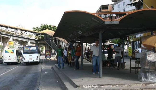 Homem foi espancado na passarela de Cosme de Farias - Foto: Abmael Silva Ag | A TARDE Data: 16/05/2008