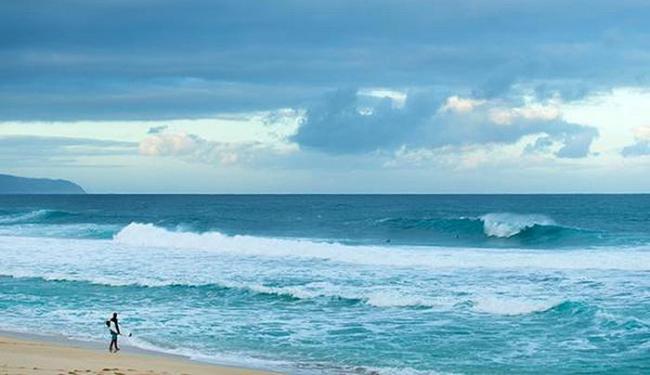 Pela previsão, a condição do mar vai ficar melhor a partir de quinta-feira - Foto: Divulgação l ASP