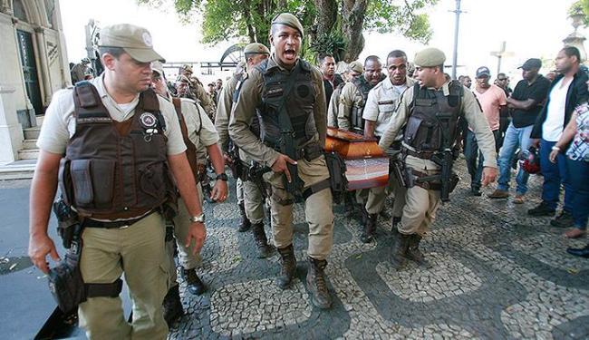 Corpo de Diogo dos Santos Freire foi sepultado em meio a homenagens e comoção - Foto: Joá Souza | Ag. A TARDE