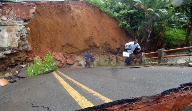 Moradores se arriscam subindo no que restou da ponte - Foto: Ricardo Pereira   Divulgação