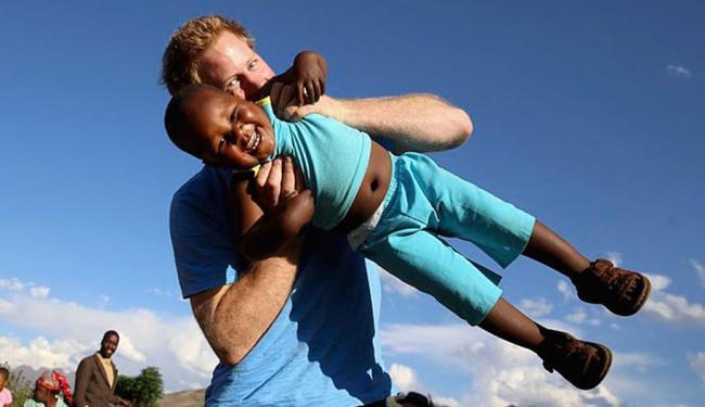 Durante a visita, Harry teve momentos de diversão com as crianças - Foto: Agência Reuters