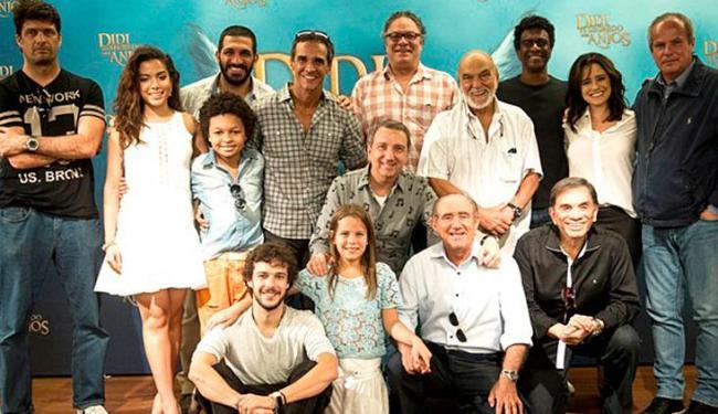 Renato, ao lado de Dedé, cercado pelo elenco e a produção do especial de Natal - Foto: | Ag. A TARDE