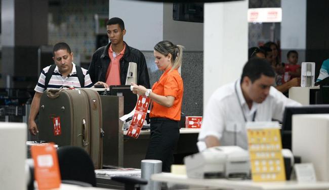 Retirada de bagagem no aeroporto da capital, que teve 9 roubos de malas no semestre - Foto: Raul Spinassé | Ag. A TARDE