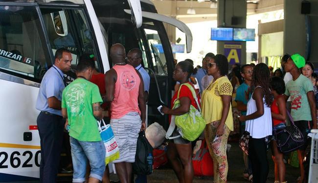Na rodoviária, número de passageiros foi grande, e a estimativa é que 105 mil deixem a capital - Foto: Joá Souza   Ag. A TARDE   24.12.2014