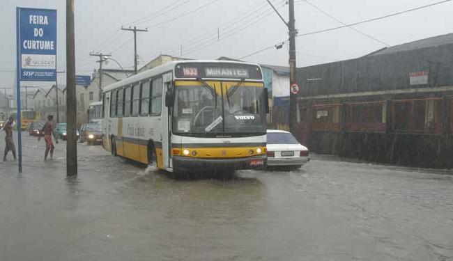 Alagamento na Rua Luiz Maria não é novidade, mesmo após reforma realizada em 2013 - Foto: Arestides Baptista/Ag A Tarde em 30/04/2004