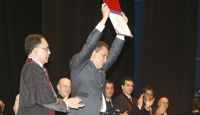 Rui Costa exibe diploma durante solenidade no Centro de Convenções - Foto: Fernando Amorim | Ag. A TARDE