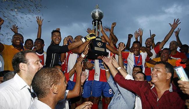 Jogadores de Cachoeira erguem o troféu - Foto: Luiz Tito   Ag. A TARDE
