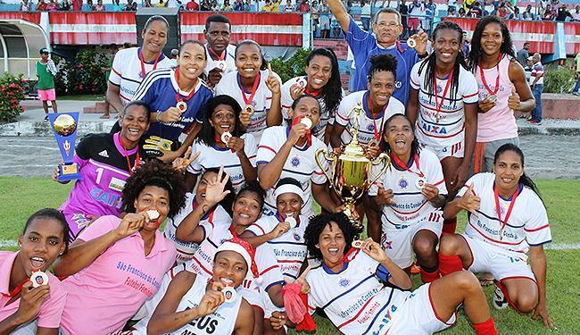Jogadoras do São Francisco celebram a 13ª conquista do Baianão - Foto: Carlos Santana l FBF l Divulgação