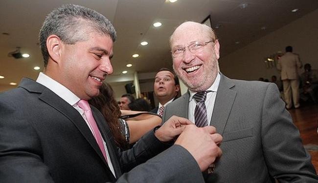 Secretário Maurício Barbosa condecorada André Blumberg, diretor-geral de A TARDE - Foto: Margarida Neide | Ag. A TARDE