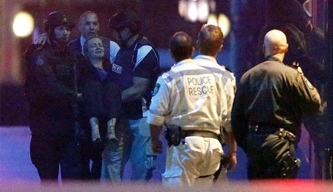 Homem teria feito 17 pessoas reféns no interior do café em Sydney - Foto: Jason Reed l Reuters