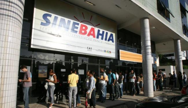 Candidatos interessados nas vagas devem comparecer à unidade do SineBahia ou postos do SAC - Foto: Arestides Baptista | Ag. A TARDE