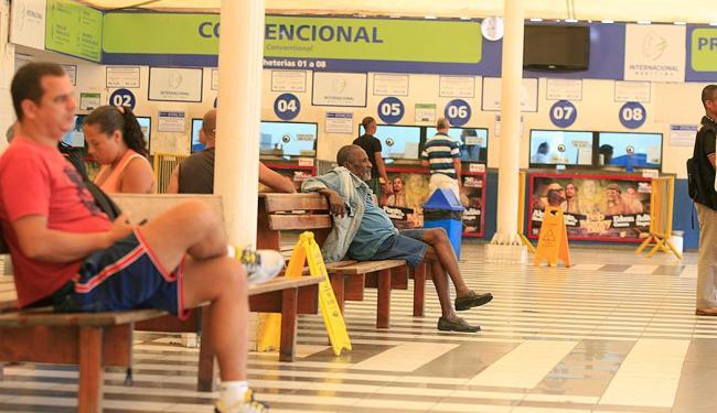 Passageiros não encontram grandes filas no terminal São Joaquim na noite desta terça-feira, 23 - Foto: oá Souza | Ag. A TARDE