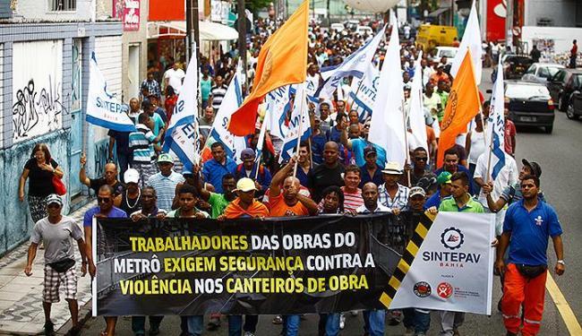 Operários caminharam do Campo da Pólvora até o prédio da Polícia Civil, na Piedade - Foto: Edilson Lima | Ag. A TARDE