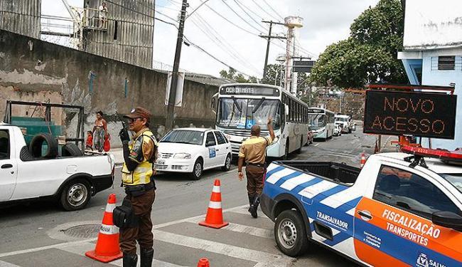 Agentes atuam para acabar com a retenção de veículos no primeiro dia após alterações no fluxo - Foto: Luciano da Mata | Ag. A TARDE