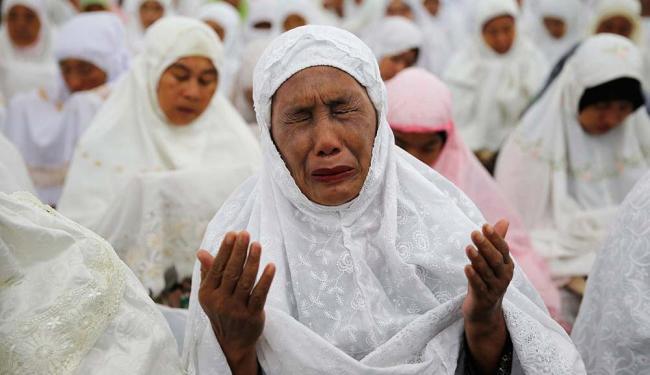 Uma mulher de Aceh chora quando ao fazer oração para as vítimas do Tsunami - Foto: Beawiharta   Agência Reuters