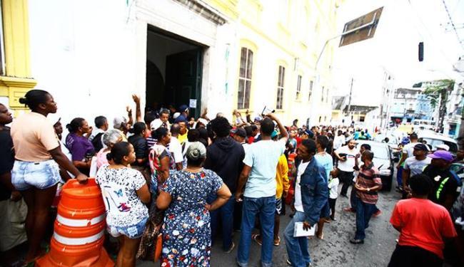 Ambulantes reclamaram da longa fila e da demora no atendimento - Foto: Edilson Lima | Ag. A TARDE