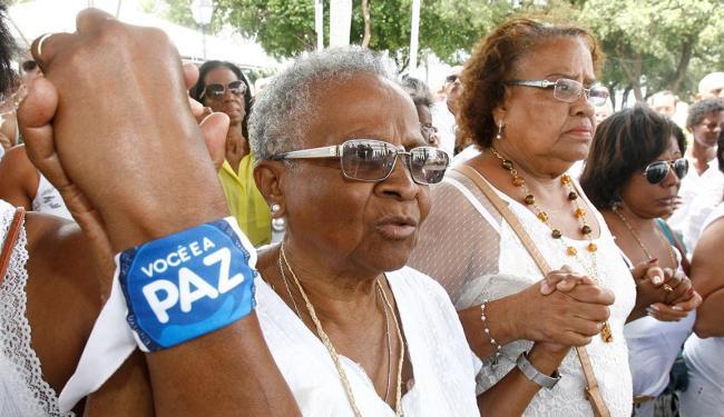 Uma multidão se reuniu ao redor da imagem durante a celebração campal no Bonfim - Foto: Luciano da Matta | Ag. A TARDE
