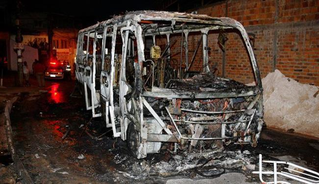 Ônibus da empresa Axé foi queimado em Pernambués - Foto: Luciano da Matta | Ag. A TARDE